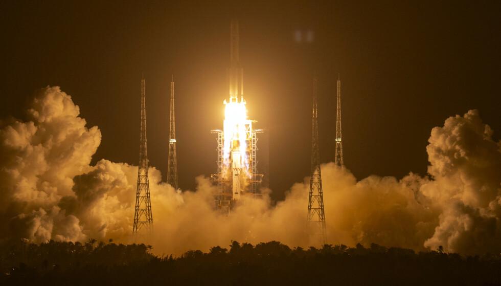 Nylig sendte Kina opp denne raketten for å hente tilbake de første prøvene fra månen på 44 år. Tirsdag testet de en ny rakett, som delvis skal kunne gjenbrukes i fremtiden. Arkivfoto: Mark Schiefelbein / AP / NTB