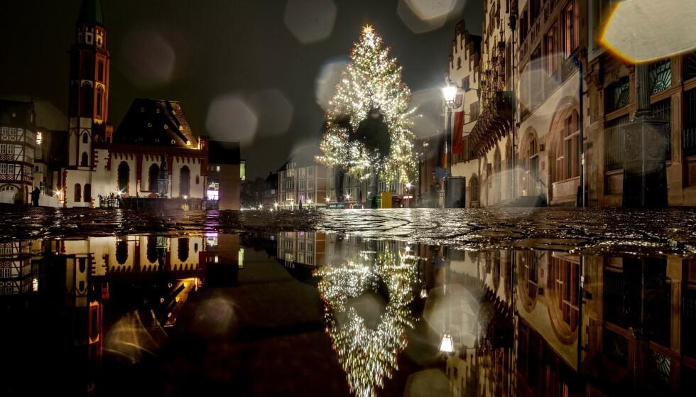 Juletreet er på plass på Römerberg-torget i Frankfurt søndag 20. desember. Onsdag ble det meldt om det høyeste antallet nye dødsfall så langt i pandemien i Tyskland. Foto: Michael Probst / AP / NTB