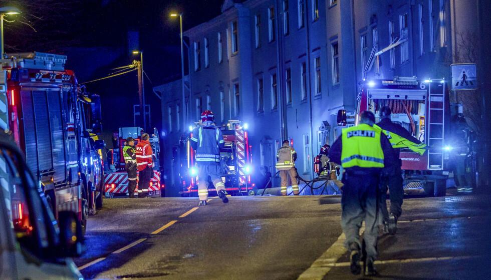 Biler og mannskaper fra nødetatene utenfor bygården i Ibsens gate i Bergen, der en person ble skutt og skadd av politiet under en politiaksjon sent mandag kveld. Fire politifolk var involvert i skyteepisoden i Bergen, melder BA. Foto: Eivind Senneset / NTB