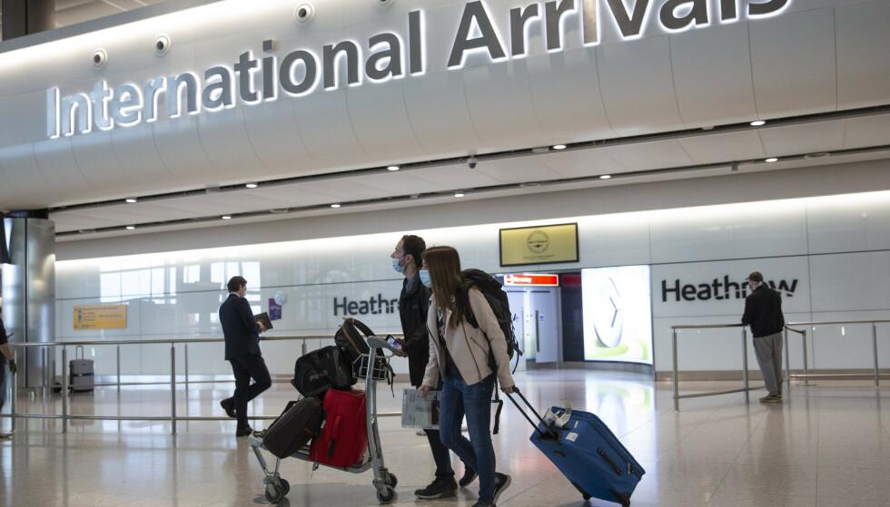 Foreløpig kan EU-borgere slippe unna med å vise sitt nasjonale ID-kort når de ankommer Storbritannia, som for eksempel via London's Heathrow Airport. Men i oktober må passet fram. Foto: Matt Dunham / AP / NTB.