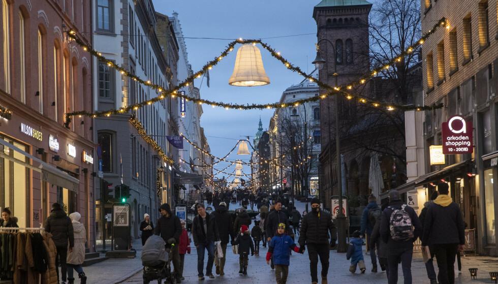 Det ble registrert 71 nye smittetilfeller i Oslo på julaften. Her fra Karl Johan siste søndag før jul. Foto: Berit Roald / NTB