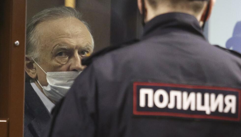 Den 64 år gamle russiske historieprofessoren Oleg Sokolov er dømt til tolv og et halvt års fengsel for å ha drept og partert sin 40 år yngre samboer Anastasia Jetsjenko. Foto: AP / NTB