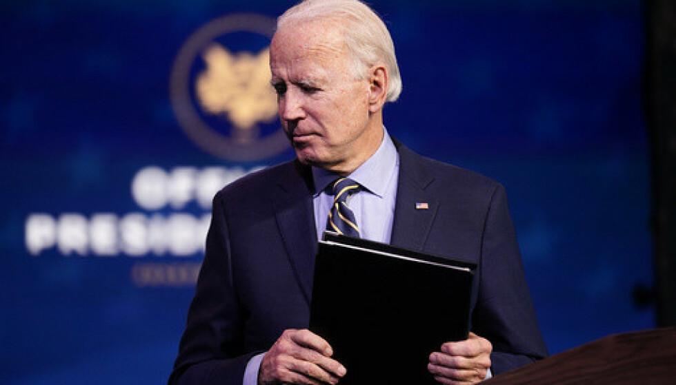 Påtroppende president Joe Biden avslutter talen han mandag holdt i Queen Theater i Wilmington. Foto: Andrew Harnik / AP / NTB