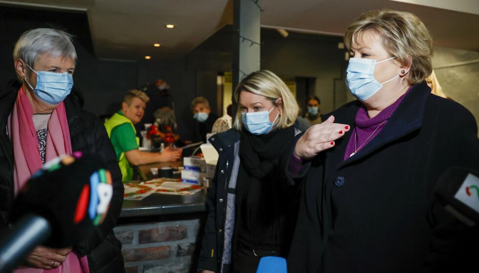 Statsminister Erna Solberg besøker Ask i Gjerdrum etter at det har gått et større jord- og leirskred. Flere boliger er tatt og over 700 skal være evakuert og flere er sendt til sykehus. Foto: Jil Yngland / NTB