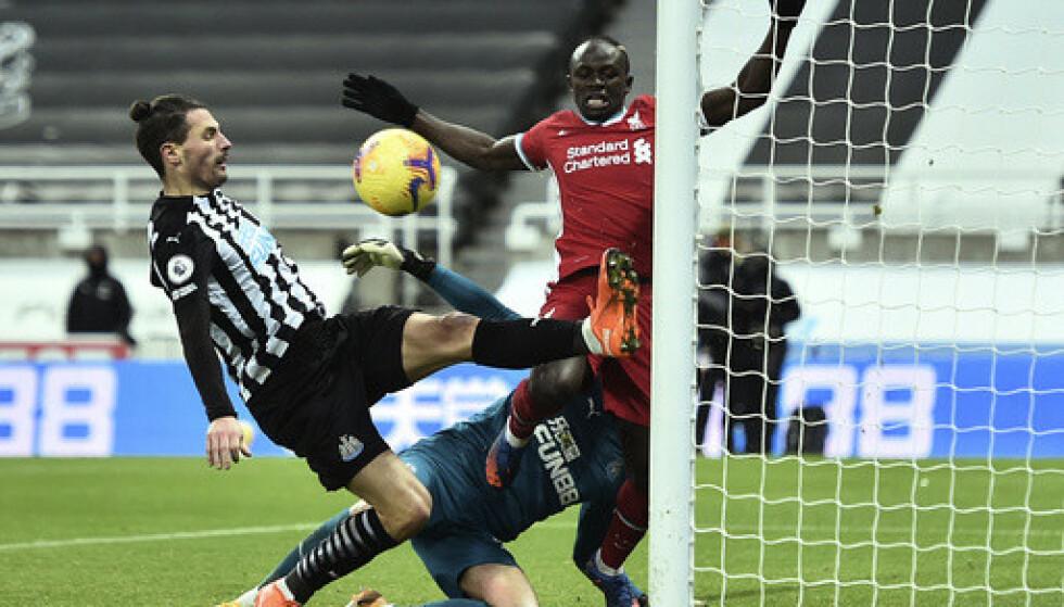 Så nær var Liverpool å vinne. Fabian Schär reddet forsøket til Sadio Mané på strek. Foto: Peter Powell / Pool via AP / NTB