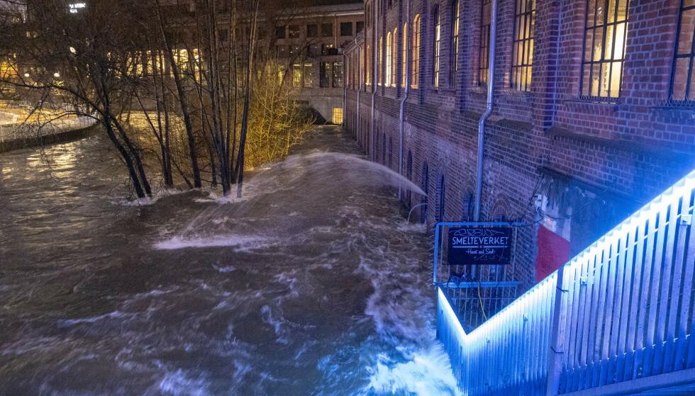 Det er for tiden stor vannføring i Akerselva i Oslo. Flere bedrifter har fått vann i kjelleren. Her fra området rundt Mathallen. Foto: Terje Pedersen / NTB