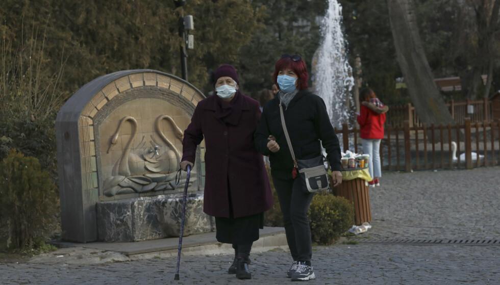 Kvinner med munnbind går tur i Ankara fredag. Landet meldte samme dag om funn av den nye, mer smittsomme koronavarianten hos 15 personer som ankom fra Storbritannia. Foto: Burhan Ozbilici / AP / NTB