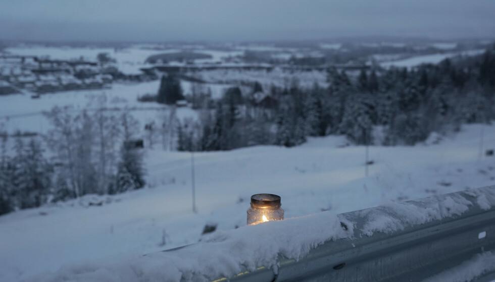 Noen har satt fra seg et tent gravlys langs veien ikke langt unna skredområdet i Gjerdrum. Én person er funnet omkommet. Fremdeles er en rekke personer savnet. Foto: Fredrik Hagen / NTB