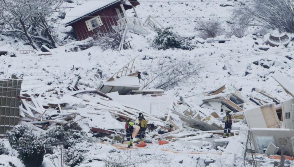 Letemannskapene var fredag nede i skredområdet i flere timer. Ved 14.30-tiden ble én person funnet omkommet. Foto: Terje Bendiksby / NTB