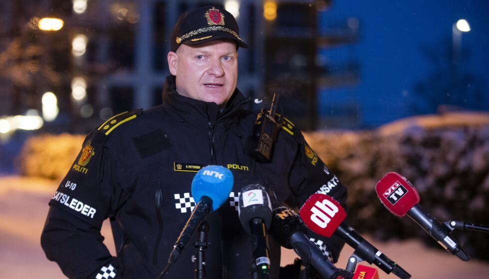 Politiets innsatsleder Roger Pettersen sier fredag ettermiddag at de fremdeles har håp om å finne overlevende blant skredmassene. Foto: Terje Pedersen / NTB