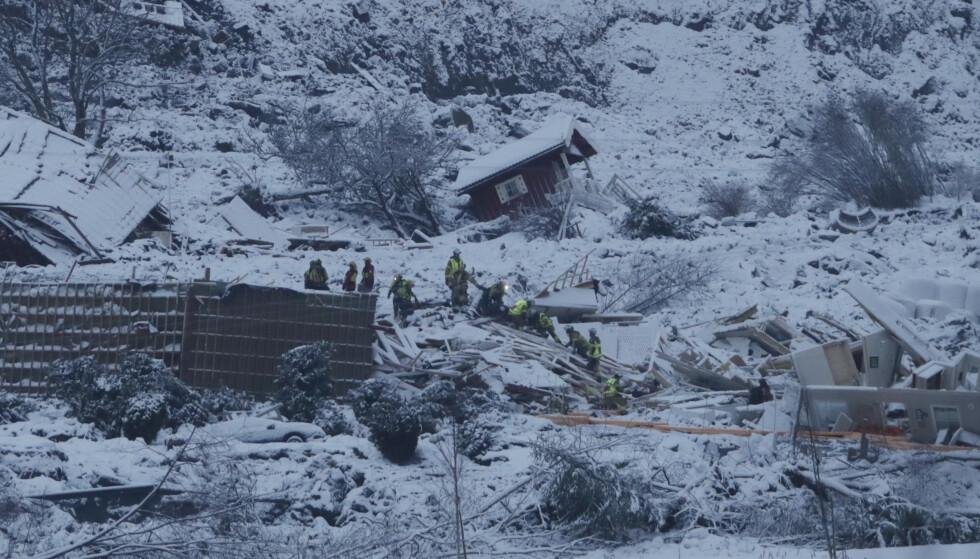 Slik så det ut da redningsmannskaper arbeidet i skredområdet ved 15.30-tiden fredag ettermiddag. Arbeidet gjenopptas så snart lyset tillater det lørdag. Foto: Terje Bendiksby / NTB