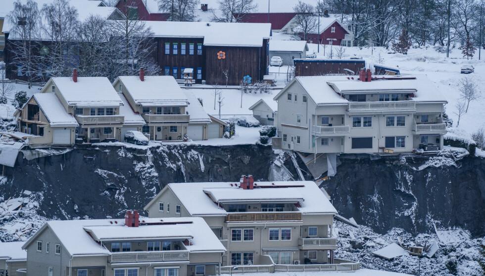 Mange boliger er helt borte som følge av skredet. Enda flere er evakuert fordi boligene ligger tett på skredområdet. Foto: Håkon Mosvold Larsen / NTB
