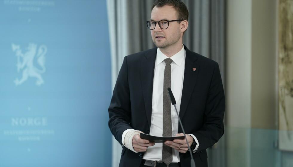 Barne- og familieminister Kjell Ingolf Ropstad på regjeringens pressekonferanse om koronasituasjonen søndag kveld. Foto: Fredrik Hagen / NTB