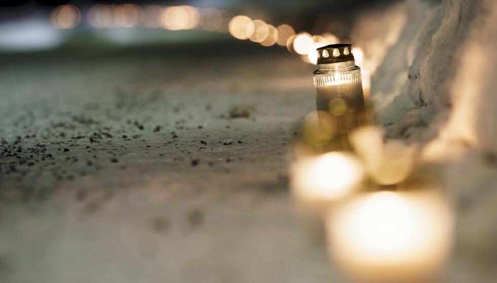 Nittedal 20210103. Lys er tent langs riksvei 4 ved Rotnes i Nittedal for ofrene for kvikkleireskredet som rammet et boligfelt i Ask i Gjerdrum i romjula. Foto: Stian Lysberg Solum / NTB