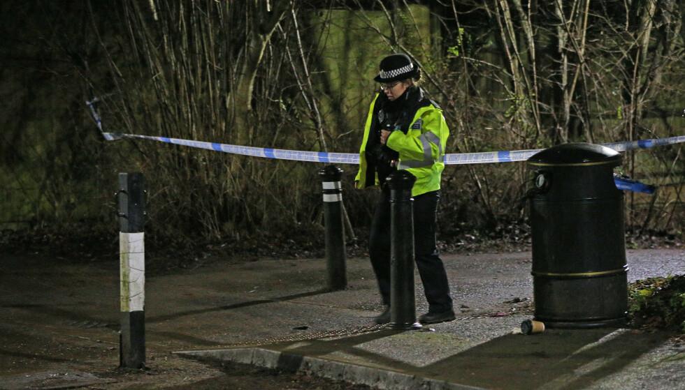 En politibetjent på åstedet der en 13 år gammel gutt ble knivstukket og drept i Reading. Foto: PA Photos.