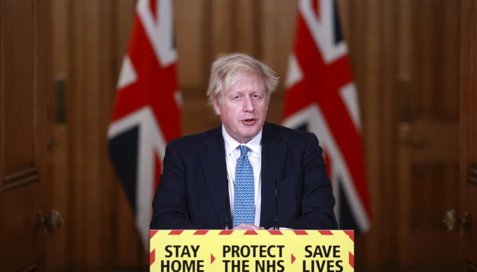 Storbritannias statsminister Boris Johnson opplyser at 1,3 millioner briter er vaksinert så langt. Samtidig er smittesituasjonen dramatisk i landet. Foto: Hannah McKay, Pool Photo via AP / NTB