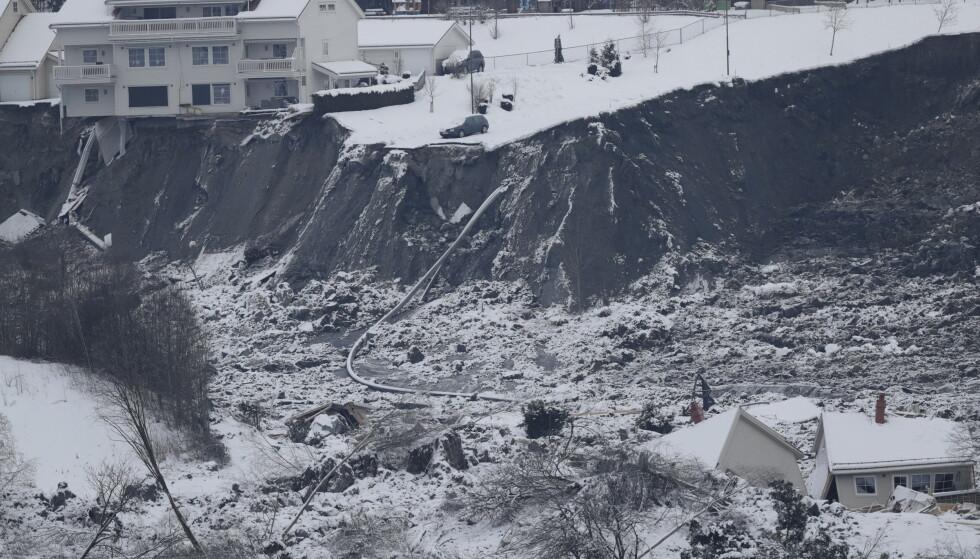 Letingen etter de tre siste omkomne fortsetter etter det store jord- og leirskredet som ødela flere boliger på Ask i Gjerdrum onsdag 30. desember. Sju personer er hittil funnet omkommet, men søket etter overlevende ble tirsdag avsluttet. Foto: Berit Roald / NTB