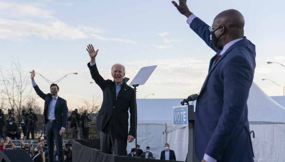 Påtroppende president Joe Biden (i midten) står på scenen sammen med senatskandidatene Jon Ossoff til venstre og Raphael Warnock til høyre under et valgkamparrangement i delstatshovedstaden Atlanta i Georgia mandag 4. januar. Arkivfoto: Carolyn Kaster, AP / NTB