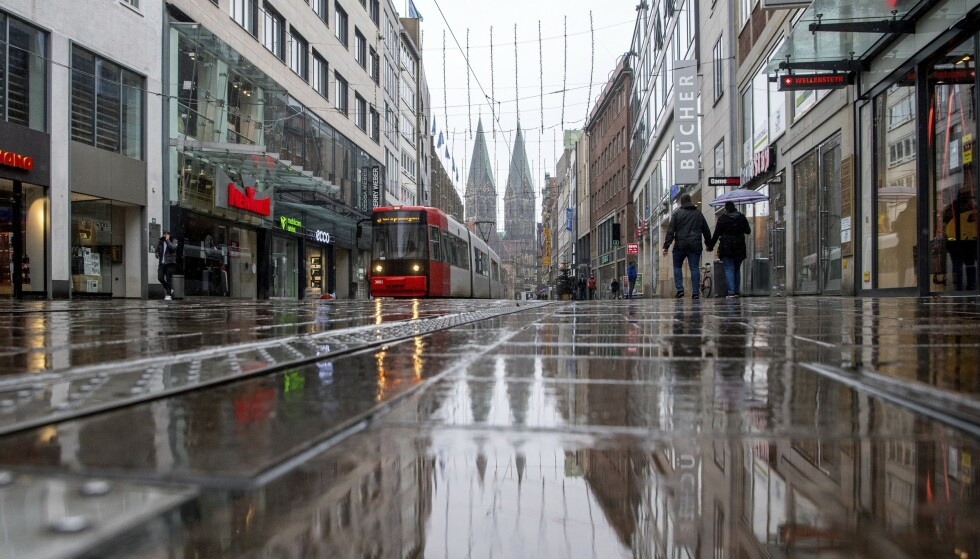 Det var stille i den tyske byen Bremen onsdag ettermiddag. Landet er midt i en storstilt nedstenging, men WHO advarer om at europeiske land må gjøre enda mer for å få bukt med smittespredningen. Foto: Sina Schuldt / DPA via AP / NTB