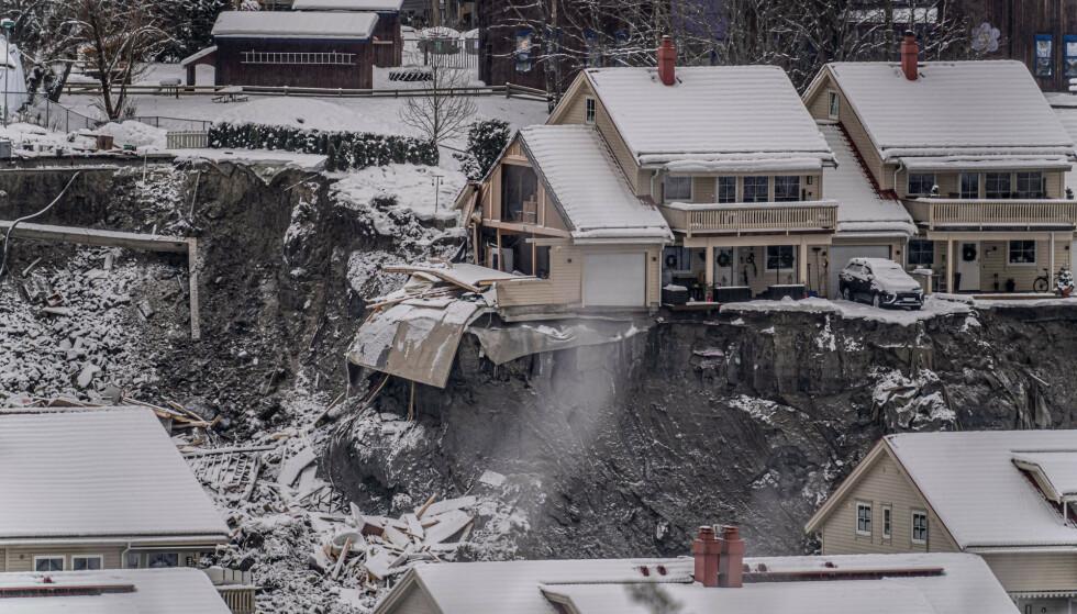 Flere boliger ble tatt av et stort jord- og leirskred i Ask i Gjerdrum onsdag 30. desember. Sju personer er funnet omkommet og tre er fortsatt savnet. Foto: Heiko Junge / NTB