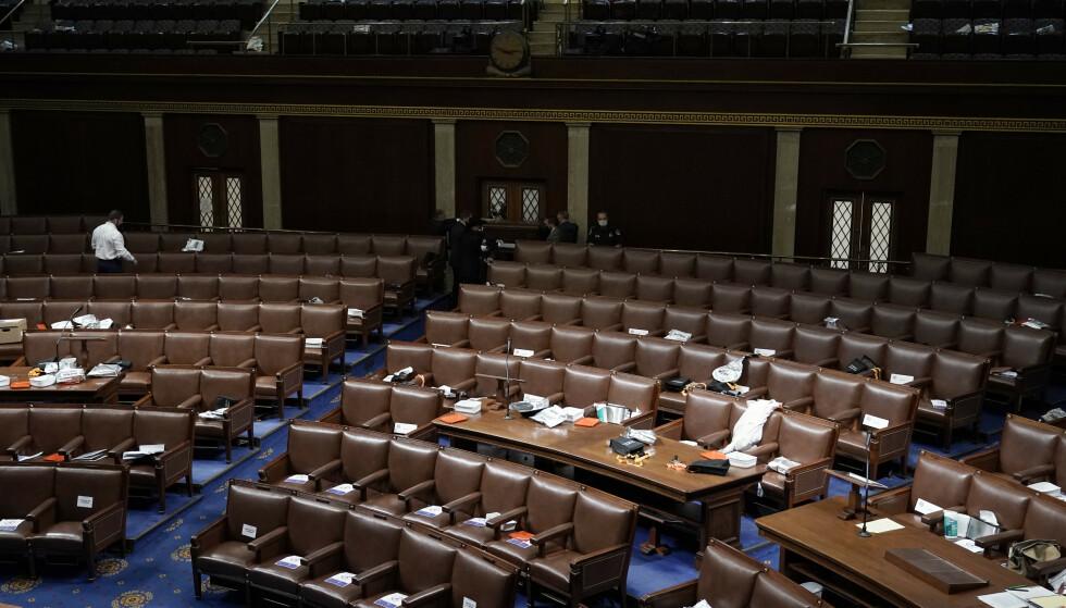 Papirer og gassmasker ble etterlatt i Representantenes hus i Kongressen onsdag. Representantene måtte evakuere etter at en voldelig mobb tok seg inn. Foto: J. Scott Applewhite, AP / NTB
