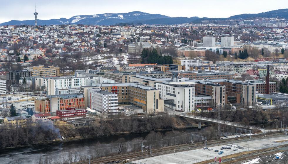 Barnet som døde ved St. Olavs hospital I Trondheim 10. desember, hadde flere skader, går det fram av kjennelsen fra det første fengslingsmøtet med det siktede ekteparet i saken. Foto: Gorm Kallestad / NTB
