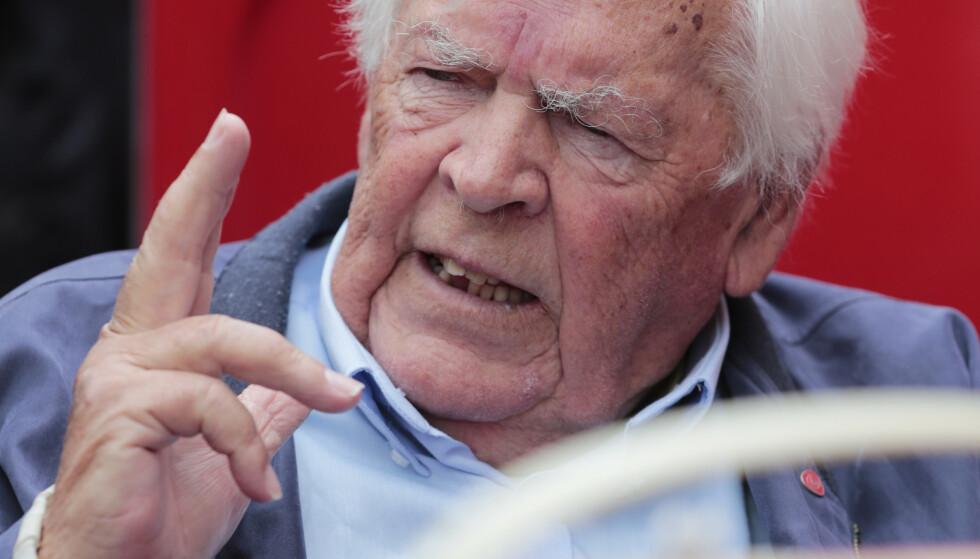 Partiveteranen Thorbjørn Berntsen sier han er sjokkert over utviklingen for Arbeiderpartiet på siste meningsmåling der partiet får en oppslutning på 17,5 prosent. Her er Berntsen fotografert på Youngstorget i Oslo i forbindelse med stortingsvalget 2017. Foto: Lise Åserud / NTB
