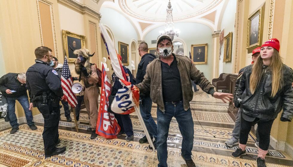 USAs føderale politi har identifisert en rekke av dem som stormet Senatet onsdag, og nærmere 100 er alt pågrepet. Foto: AP / NTB