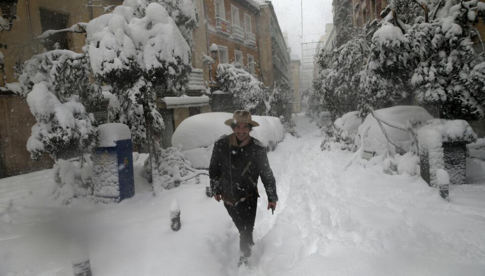 Madrid har fått mer snø enn på 50 år det siste døgnet, og en stor del av trafikken i den spanske hovedstaden har stanset opp. Foto: AP / NTB