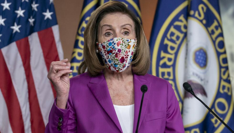 Nancy Pelosi, flertallsleder i Representantenes hus, sier demokratene først vil forsøke å tvinge visepresident Mike Pence og regjeringen til å avskjedige Trump ved å bruke det 25. grunnlovstillegget. Dersom det ikke går, reises en riksrettstiltale. Foto: J. Scott Applewhite / AP / NTB