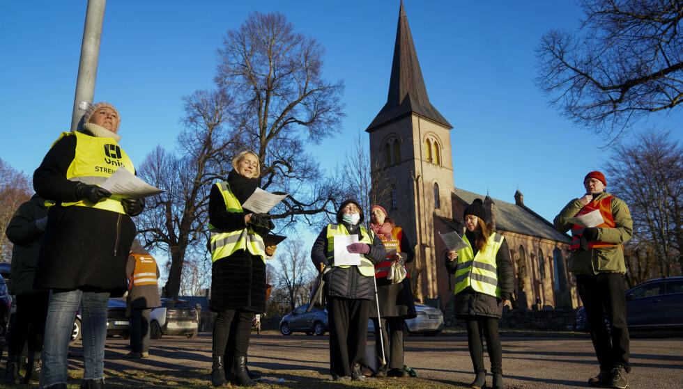 Streikende prester, diakoner, kirkemusikere og andre kirkeansatte fra hele Oslo-området er samlet til en streikemarkering utenfor Asker kirke julaften. Foto: Fredrik Hagen / NTB
