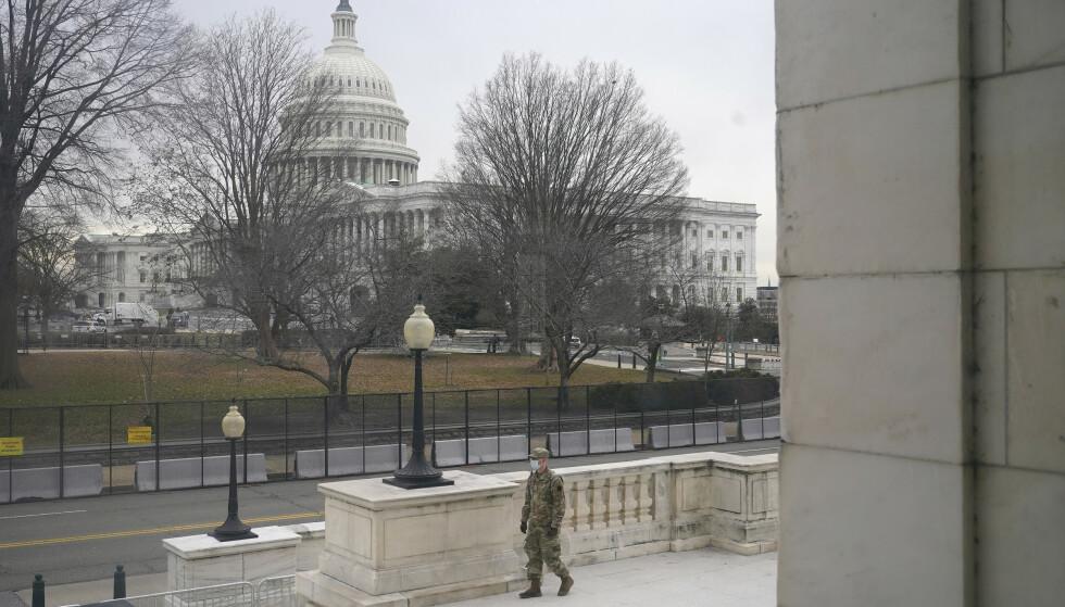 Soldater patruljerer nå Capitol Hill i Washington, som vil bli avsperret for publikum under neste ukes innsettelse av president Joe Biden. Foto: AP / NTB