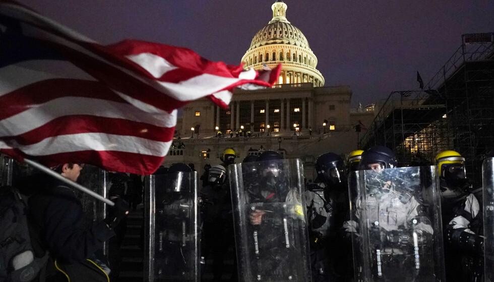 Politiet står vakt utenfor Capitol Hill i Washington. Foto: Julio Cortez/AP/NTB