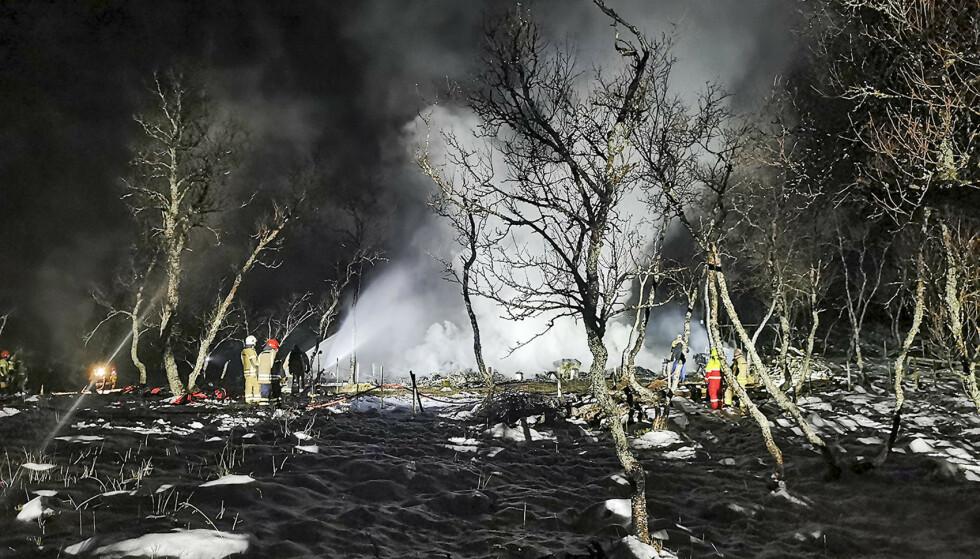 Fem personer er savnet etter en hyttebrann i Risøyhamn i Vesterålen natt til lørdag. Foto: Politiet / NTB