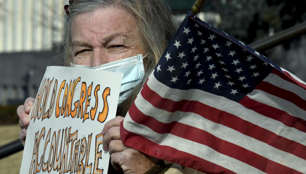 En kvinne demonstrerer mot valget av Joe Biden i Denver i Colorado. Foto: Thomas Peipert / AP / NTB