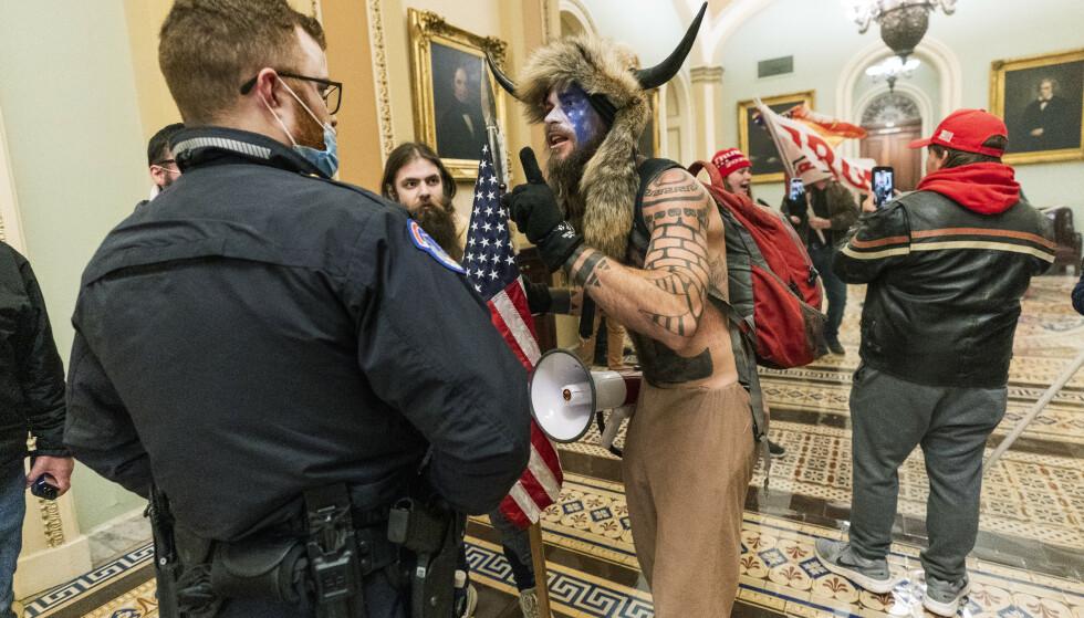 Frontet av Jacob Anthony Chansley, som også går under navnet Jake Angeli, trengte en gruppe Trump-støttespillere seg inn i kongressbygningen i Washington 6. januar. (Foto: Manuel Balce Ceneta, AP Photo/NTB)