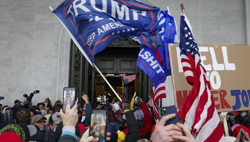 Mange av dem som stormet kongressbygningen 6. januar filmet angrepet på sine egne telefoner. Foto: John Minchillo/AP/NTB