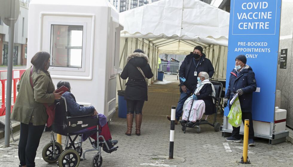 Folk venter i kø utenfor et vaksinasjonssenter på Wembley i Nord-London mandag denne uken. Foto: Yui Mok/PA Wire / PA via AP / NTB