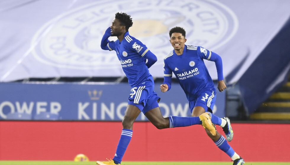 Wilfred Ndidi jubler etter å ha scoret for Leicester i hjemmeseieren mot Chelsea. Etter 2-0 overnatter Leicester på tabelltopp i Premier League. Foto: Michael Regan, Pool via AP/NTB