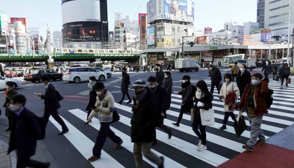 Det er fortsatt hektisk i Tokyos gater. Japan klarer seg tilsynelatende bra gjennom pandemien, men under overflaten har koronaviruset blottlagt landets skjulte fattigdom. Foto: Eugene Hoshiko / AP / NTB