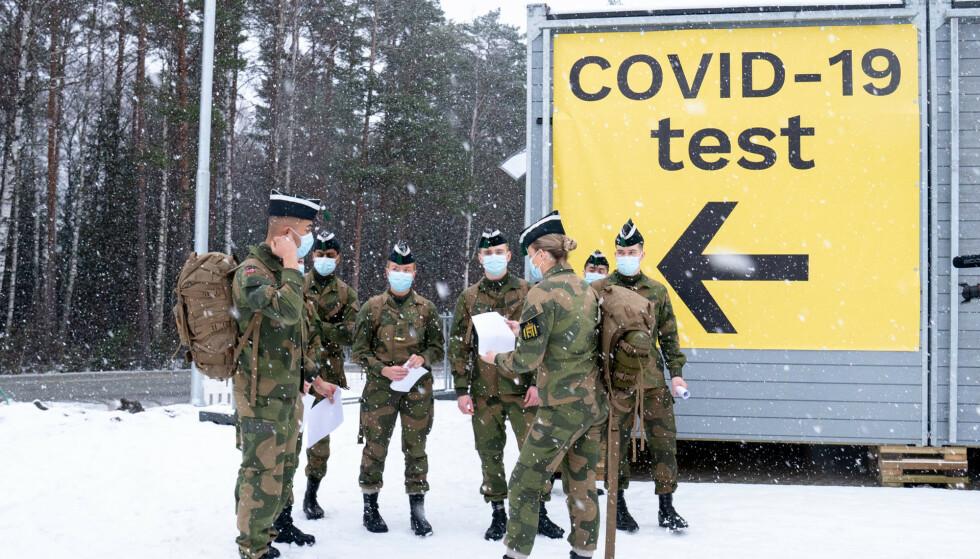 For å stanse importsmitten er testregimet strammet inn ved grensene. Her er personell fra Hæren på plass for å bidra med testing ved svenskegrensen på Svinesund. Foto: Torstein Bøe / NTB