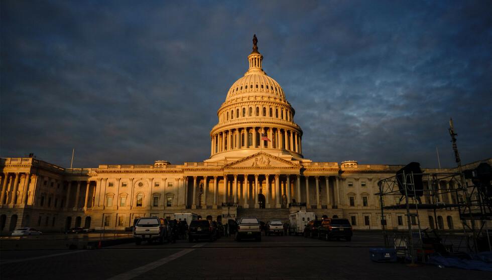 Morgenen gryr over kongressbygningen i Washington D.C. tirsdag 19. januar, dagen før innsettelsen. Onsdag innsettes president Joe Biden under en nedskalert seremoni. Foto: J. Scott Applewhite, AP / NTB