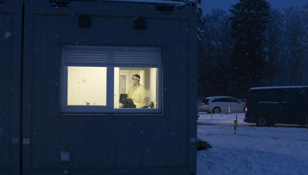 Personell fra Hæren på plass for å bidra med testpersonell på Svinesund grensen på vei inn i Norge. Foto: Torstein Bøe / NTB
