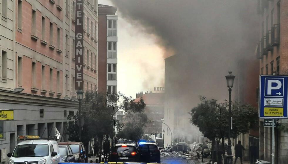Røyk stiger fra bygget som onsdag ettermiddag ble rammet av en massiv eksplosjon i Madrid. Foto: Europa Press/AP/NTB