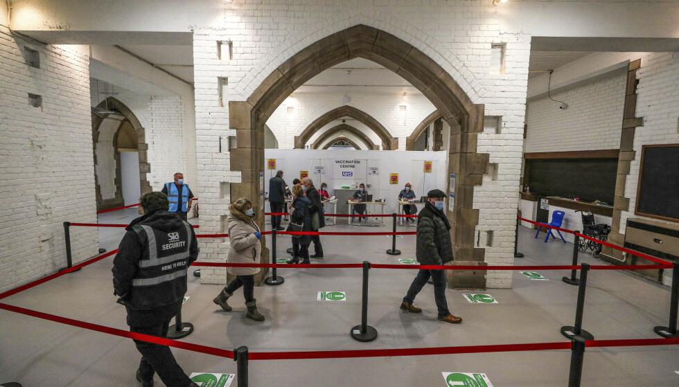 Folk sto mandag i kø for å få vaksinedose i Blackburn-katedralen i Blackburn i England. Onsdag ble det meldt om 1820 nye koronadødsfall. Foto: Peter Byrne/AP/NTB