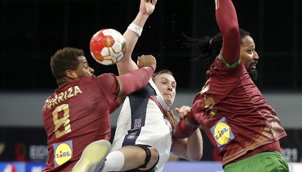 Sander Sagosen hadde det tøft i VM-kampen i håndball mot Portugal. Foto: Petr David Josek/POOL/AP/NTB