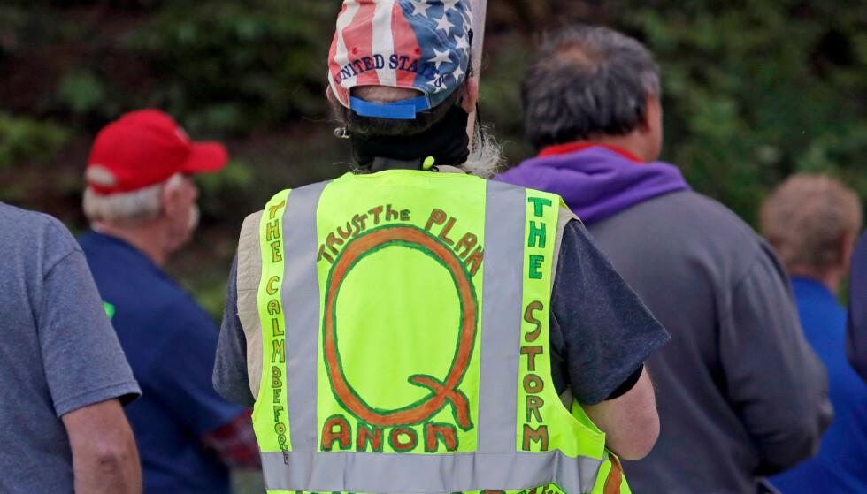 En QAnon-tilhenger på en demonstrasjon i Olympia i Washington i mai 2020. Foto: Ted S. Warren / AP / NTB