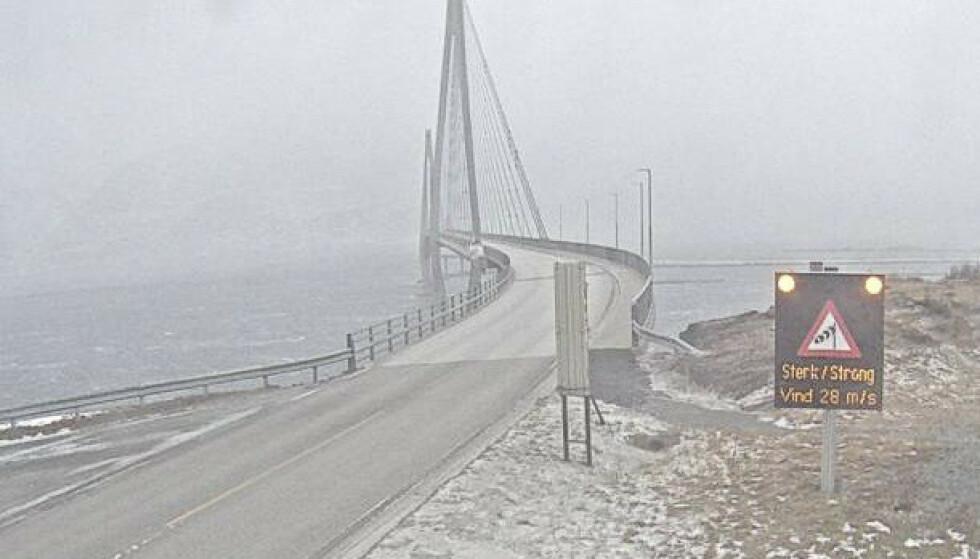 Ekstremværet Frank er på vei. På Helgelandsbrua var det allerede sterk vind torsdag ettermiddag. Foto: Statens vegvesen / NTB