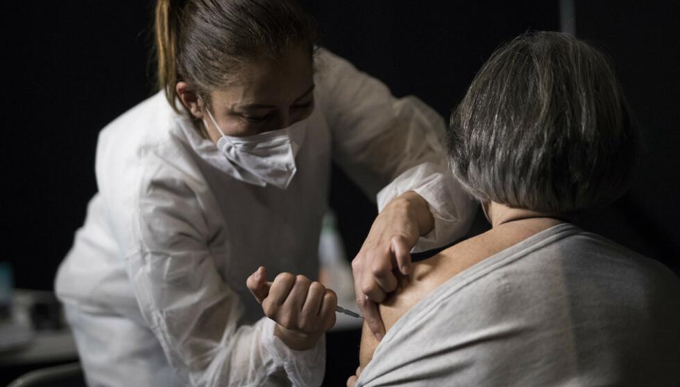 En kvinne får en dose av Moderna-vaksinen mot coronaviruset i Le Cannet i Sør-Frankrike. Foto: Daniel Cole / AP / NTB