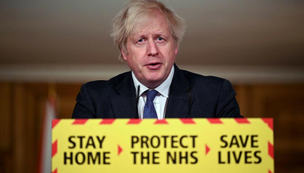 Storbritannias statsminister Boris Johnson snakket om det muterte koronaviruset da han møtte pressen før helgen. Foto: AP / NTB